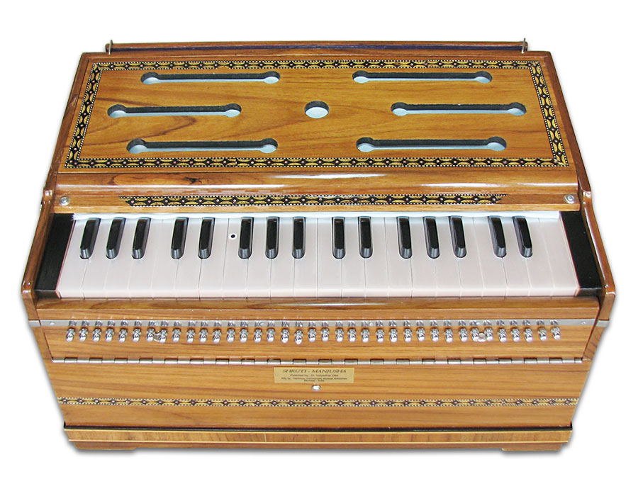 22 shruti harmonium front enlarged view 900x700